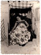Photo Originale Dissimulation De Pin-Up Sous Couverture En Cabine De Plage Vers 1960 Sieste Et Farniente Sans Bretelles - Pin-up