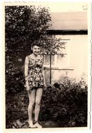 Photo Originale Portrait De Pin-Up Adolescente Au Jardin En Ensemble Combinaison Bouffante & Coiffure Banane 1950/60 - Pin-up