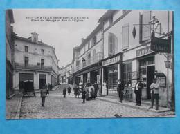 16 : CHATEAUNEUF S/ CHARENTE : PLACE Du MARCHE Et RUE De L'EGLISE , Animée , C.P.A .,en Bon état - Chateauneuf Sur Charente
