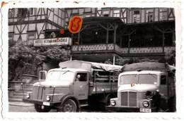 Photo Originale Duo De Camions Allemands à Identifier Devant L'Hôtel Hermannshöhle Vers 1950/60 - Auto's