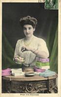 Jeune Femme Remplissant Des Boites De Bonbons Pour Vos Etrennes Recto Verso - Donne
