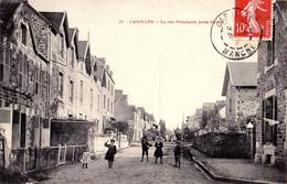 CAROLLES ( MANCHE - 50 ) : LA RUE PRINCIPALE PRISE Du BAS - PUBLICITÉ MURALE : LE PETIT PARISIEN ~ 1910 - T.C.V. (af787) - Otros Municipios