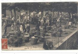 AMIENS . LE MARCHE SUR L'EAU . CARTE TRES - TRES ANIMEE ECRITE AU VERSO LE 7-4-1908. 4 POINTS DE COLLE 2 SCANES - Amiens