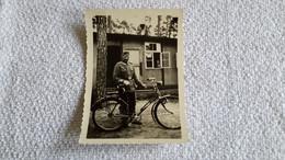 Foto Soldat Mit Fahrad Vor Barake Wehrmacht 2 WK Militär - 1939-45
