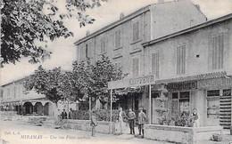 13 - MIRAMAS Une Vue De La Place Centrale ( Commerces : Coiffeur Chaussures )  CPA - Bouches Du Rhône - Sonstige Gemeinden