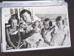 Nederland Holland Pays Bas Prinses Juliana Met Haar 4 Dochters - Familias Reales