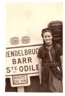 """BOERSCH   SCOUTES DEVANT PANNEAU """"BARR STE ODILE ..RENDELBRUC...   ROUTE DU VIN"""" 1962 - Places"""