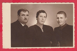 253202 / Real Original Photo - Portrait Family Man Woman Boy Photographer Stavrev Ruse Rousse , Bulgaria Bulgarie - Dédicacées
