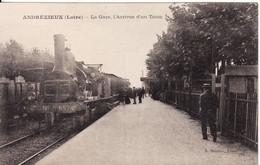 42 ANDREZIEUX La Gare, L'arrivée D'un Train - Andrézieux-Bouthéon