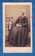 Photo Ancienne CDV Vers 1860 1865 - à Situer - Portrait Femme Avec Coiffe - Folklore Bijou Costume Dame Robe Croix - Alte (vor 1900)