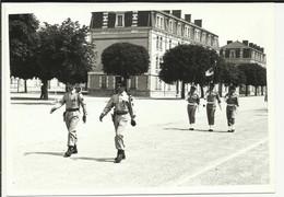 MILITARIA  .  PHOTO . CAMP DE MEUCON 1976 . PASSATION DE COMMANDEMENT ENTRE LE COLONEL FOUILLANT ET LE COLONEL GIBOURG - Reggimenti