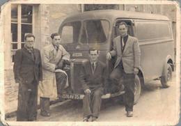 PHOTO DE 12 X 7.5 CMS REPRESENTANT 4 HOMMES DEVANT UN VIEUX FOURGON PEUGEOT - Automobiles