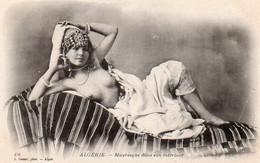 V10Ve  Algérie Mauresque Seins Nus Dans Son Interieur - Mujeres