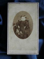 Photo CDV Louis Graglia - Second Empire Fillette Louise Bajard Avec Une Paire De Grand Sabot Aux Pieds, Circa 1865 L525A - Oud (voor 1900)