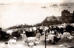 Carte Photo Originale à La Terrasse Du Helgoland Café En 1924, Navires De Tourismes Au Loin, Paquebots Vapeur & Tea Time - Plaatsen
