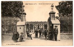 CPA 35 - VITRE (Ille Et Vilaine) - 1569. Entrée De La Caserne Du 70me (animée) - Vitre