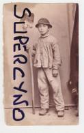 CARTE PHOTO D'UN PETIT ITALIEN LE PETIT FILS DE JOSEPH FILS DE CHARLES OUVRIER DU GRAND PERE CASQUE PELLE SABOTS - Documents Historiques