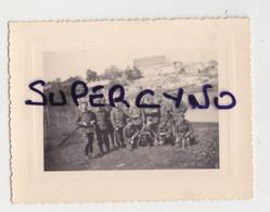 33 GIRONDE GUITRES PHOTO AVRIL 1940 GROUPE DE SOLDATS AVEC CHIEN EPAGNEUL ASSIS - Non Classificati