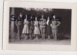 33 GIRONDE GUITRES PHOTO MAI 1940 GROUPE DE SOLDATS AVEC AMIES ROBES A CARREAUX - Non Classificati