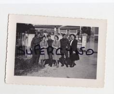 33 GIRONDE GUITRES PHOTO MAI 1940 GROUPE DE SOLDATS AVEC AMIES ROBES A CARREAUX 2 - Non Classificati