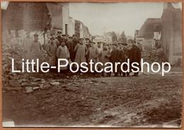 2 Photos Éton Soldats Ou Fonctionnaires Allemands Dans Les Ruines Des Rues Et De L'église Ca. 1917 Soldaten Ruinen WW1 - Oorlog 1939-45