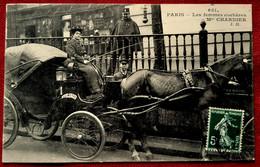 CPA PARIS : LES FEMMES COCHERES Mme CHARNIER ATTELAGE CHEVAL TAXIMETRE METIER TAXI VOITURE HIPPOMOBILE - Trasporto Pubblico Stradale