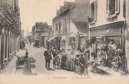 Langrune - La Rue De La Mer - Marchand De  Cartes Postales   - Scan Recto-verso - Sonstige Gemeinden