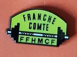 Pin' S  FRANCHE-COMTE  F F H M C F ( FEDERATION  FRANÇAISE  HALTEROPHILIE - MUSCULATION )  Signé  MAXIMILIEN  PIN'S - Halterofilia