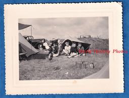 Photo Ancienne Snapshot - FRANCEVILLE / CABOURG - Camping Sauvage Prés D'un Bunker - 1953 - Auto Automobile Moto Fille - Automobile