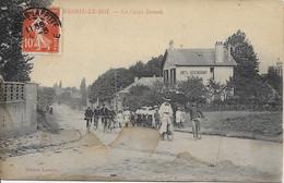 MESNIL LE ROI - LA CROIX BOSSET - Animée Cyclistes - Otros Municipios