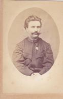 ITALIA, TRIESTE  -  CABINET PHOTO  -  CDV  - 10,2 Cm X 6,4 Cm  --  K. U. K. OFFICER,  ORDEN  --  PHOTOGRAPH:   GOLDSTEIN - Ancianas (antes De 1900)