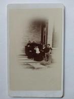 Photographie CDV D' Une Famille Anglaise Posant - Cliché En Extérieur  - Dos Muet - BE - Oud (voor 1900)