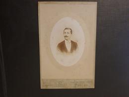 Grande Ancienne Cdv 10/6cm Environ.vers 1900 Représentant Un Homme élégant.  Photographe EUGÈNE DE PARIS À TOULON - Alte (vor 1900)