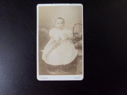 Photo CDV ( 10.5 X 6.5 Cm ) Enfant En Robe Blanche Tenant Une Poupée Articulée, Photographe Cognet à Paris - Personas Anónimos
