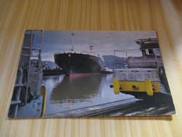 CP Canal De Panamà - Barco De Carga Transitando Por Les Esclusas De Miraflores. - Panama