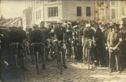 - 08 -  VOUZIERS - Départ Du Challenge Emile Alsac, Place Carnot En 1924 - Otros Municipios