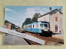 SNCF : Photo Originale L THOMAS : Autorail X 2888 à Négrondes (69) En 1999 - Treinen