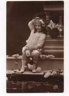 ENFANT * FILLETTE * ROBE * RUBAN CHEVEU *FLEURS/LILAS/ROSES * CARTE N°1029 Sépia - Scenes & Landscapes