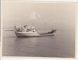 BATEAU - PETROLIER FERRIERES - PHOTO - SITUEE DANS LE PORT D ANTIBES - Barcos