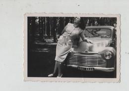 Jeune Femme Posant Devant Une  Voiture à Identifier - Cars
