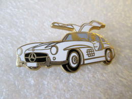 PIN'S   MERCEDES  300 SL GULLWING  Blanche   Vitre Grise   ARTHUS BERTRAND - Mercedes