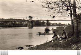 D33  SAINTE FOY LA GRANDE  -  Le Pont Suspendu Vu Des Bords De La Dordogne ( Avec Lavandières ) - Other Municipalities