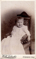 Tirage Photo Albuminé Catonné Original - CDV - Bébé Au Fauteuil De Strasburg I. Westpr. Par Wilh. Lubrecht - Ancianas (antes De 1900)