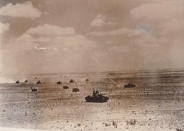 PHOTO DE PRESSE ORIGINALE WW2 1939 / 1945 DES TANKS ANGLAIS DANS LE DESERT DE LIBYE - Guerre, Militaire