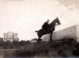 Tirage Photo Albuminé Original Souple Cavalier à Cheval & Villas En Arrière Plan Sur Hippodrome Maison Vers 1910 - Anonyme Personen
