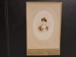 Grande Ancienne Cdv 10/6cm Environ.vers 1900 Portrait  D Une Femme élégante.  Photographe EUGÈNE DE PARIS À TOULON - Oud (voor 1900)