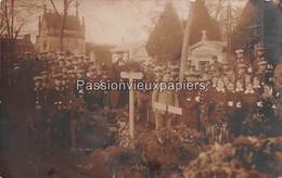 CARTE PHOTO ALLEMANDE  NESLE  1914 PERSONNEL DE SANTE INFIRMIERES Au CIMETIERE TOMBES FRIEDHOF  (DIMANCHE Des MORTS) - Nesle