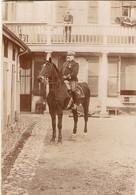 Photographie Ancienne De Gendarme, Capitaine à Cheval Dans Une Cour De Gendarmerie, Béarn (64), Cliché Vers 1900 - Guerre, Militaire