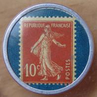 Timbre Monnaie 10 Centimes Crédit Lyonnais Rouge Sur Fond Bleu - Noodgeld
