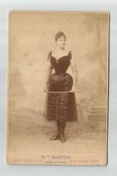 """SUPERBE PHOTO """"MELLE MARTENS"""" DES FOLIES BERGERES, PHOTOGRAPHE CHALOT A PARIS, THEATRE, ACTRICE, CRAVACHE, SPECTACLE - Old (before 1900)"""